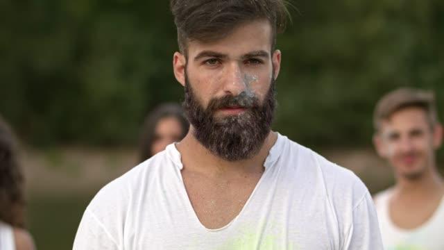 junger mann, mit powder paint - vollbart stock-videos und b-roll-filmmaterial