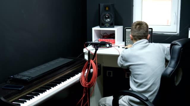 vidéos et rushes de jeune homme, créer de la musique - compositeur