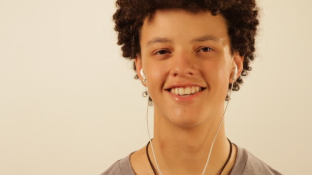 stockvideo's en b-roll-footage met young man dances with mp3-player - mp3 speler