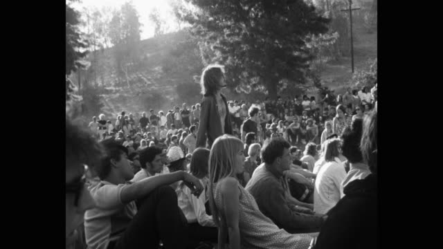 vídeos y material grabado en eventos de stock de young man dancing amidst crowd in public park - psicodélico