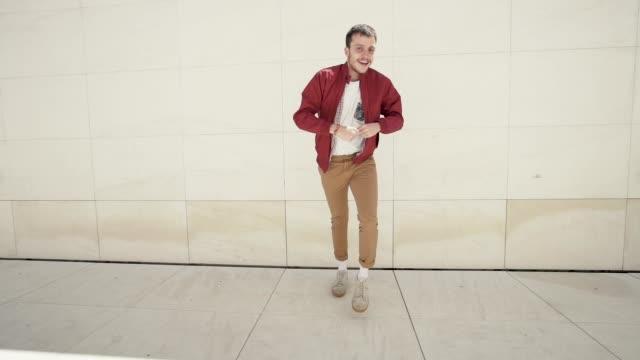 vídeos de stock e filmes b-roll de young man dancing in the street. - rua