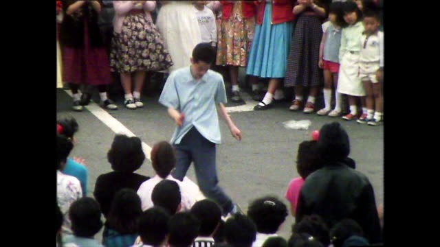 vidéos et rushes de zo young man dancing like elvis in the street; tokyo, 1981 - 20 24 ans