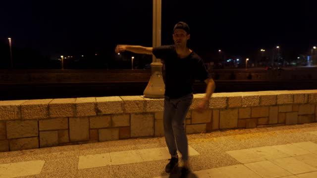 若い男のダンス - モダンダンス点の映像素材/bロール