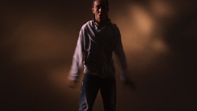 young man dancing - männlicher teenager allein stock-videos und b-roll-filmmaterial