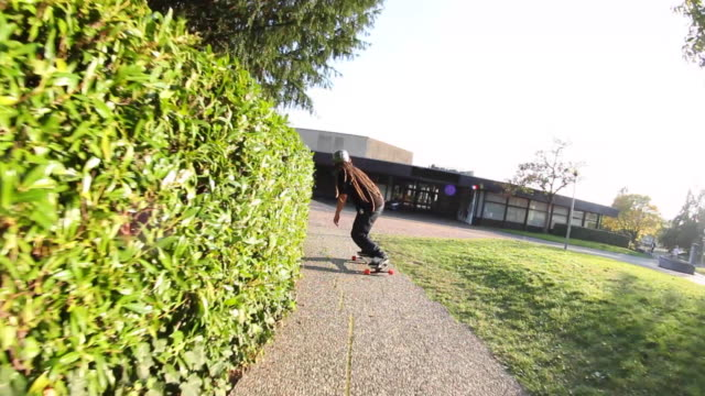 vidéos et rushes de a young man does a jumping trick on a skateboard. - exploit sportif