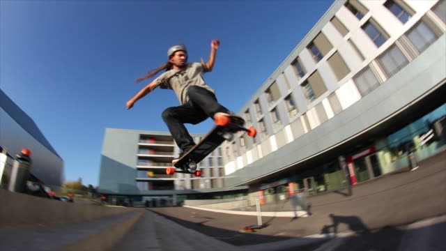 vidéos et rushes de a young man does a trick on a skateboard down stairs. - exploit sportif