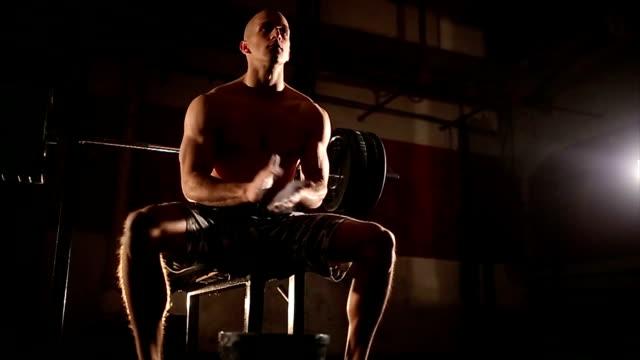 vídeos y material grabado en eventos de stock de hombre joven haciendo prensa de banco de ejercicios en el gimnasio - press de banca