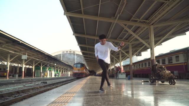 stockvideo's en b-roll-footage met jonge man doet breakdance op station - station