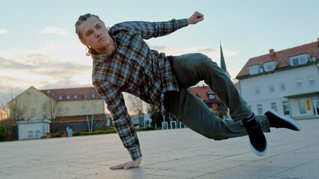 vídeos y material grabado en eventos de stock de joven haciendo movimientos de breakdance en la calle - eslovenia