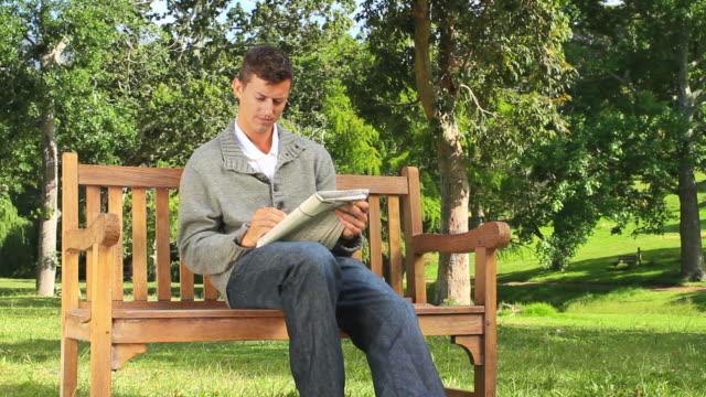 vídeos y material grabado en eventos de stock de young man doing crosswords / cape town, western cape, south africa - crucigrama