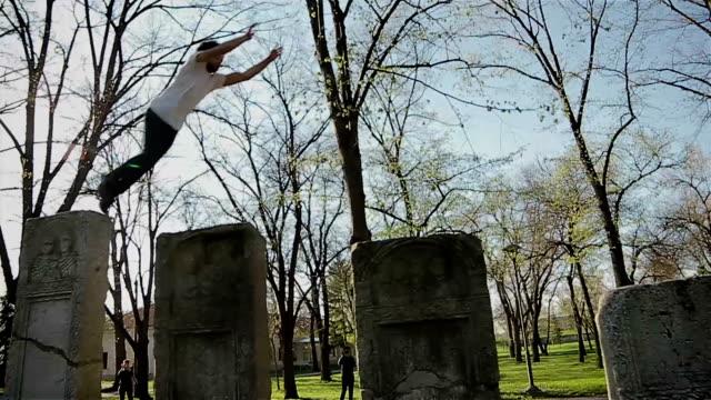 stockvideo's en b-roll-footage met jonge man doen van parkour-stap-springen - acrobaat