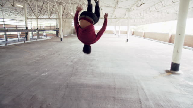 vídeos de stock, filmes e b-roll de sm ws young man doing parkour tricks in a building - agilidade