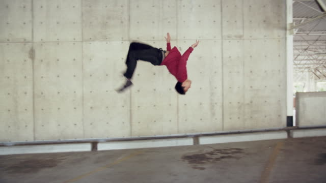 sm young man doing parkour tricks - vergnügen stock-videos und b-roll-filmmaterial