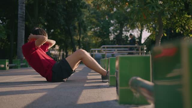junger mann beim sitzen im park - sich verschönern stock-videos und b-roll-filmmaterial