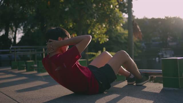 junger mann beim sit-up - sich verschönern stock-videos und b-roll-filmmaterial