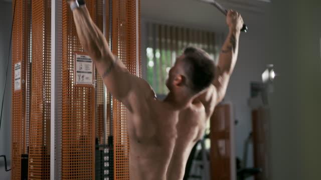 vídeos de stock, filmes e b-roll de slo mo homem novo que faz o treinamento da força - musculação