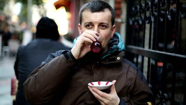 Junge Mann trinkt Tee