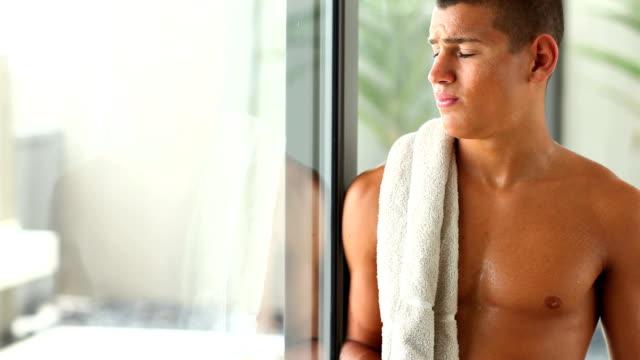 Junger Mann Trinkwasser nach dem Training