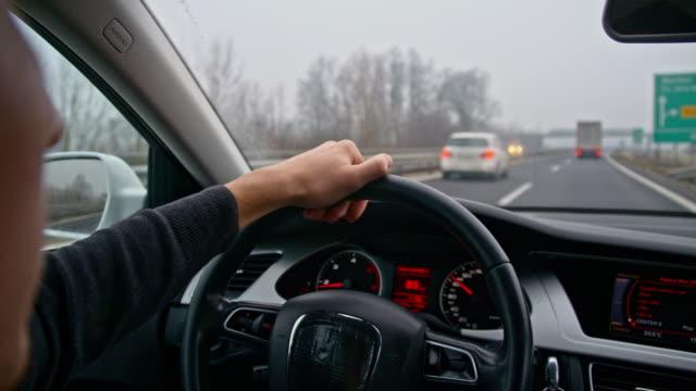 slo mo 若い男が高速道路で車を運転 - 肩越し点の映像素材/bロール