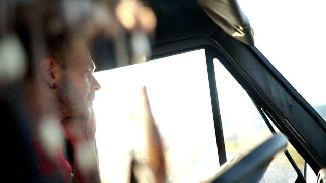 若い男の運転と携帯電話で話しています。 - トラック運転手点の映像素材/bロール