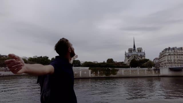 Jeune homme appréciant la ville de Paris, France