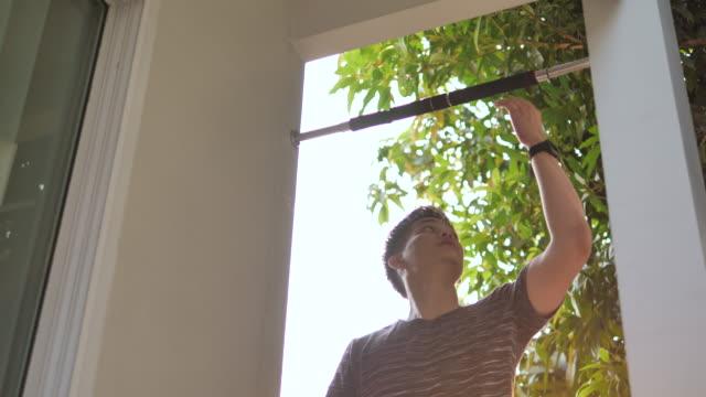 junger mann beim training - menschliche gliedmaßen stock-videos und b-roll-filmmaterial