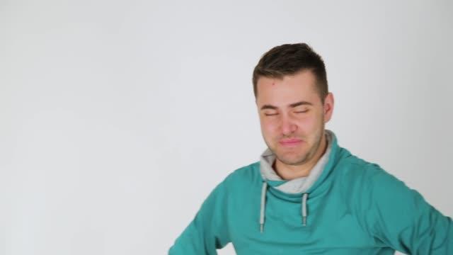 gesichtsausdrücke des jungen mannes, studioaufnahme, weißer hintergrund - todesopfer stock-videos und b-roll-filmmaterial