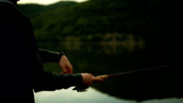 vídeos y material grabado en eventos de stock de joven de pesca - caña de pescar