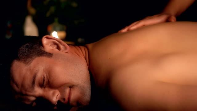junger mann will massage in spa - massieren stock-videos und b-roll-filmmaterial