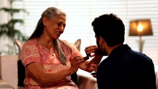 stockvideo's en b-roll-footage met young man giving gift to his mother, delhi, india - verjaardagskado