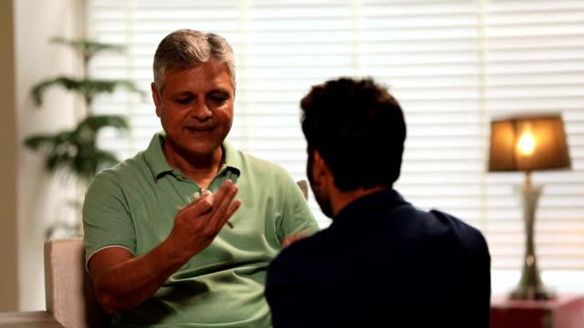 vídeos y material grabado en eventos de stock de young man giving keys to his father, delhi, india - camisa de polo