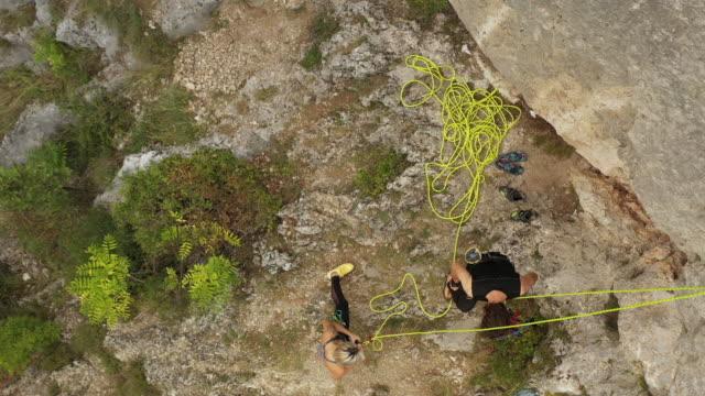 stockvideo's en b-roll-footage met jonge mens die van de rots na het vrije beklimmen daalt - free climbing