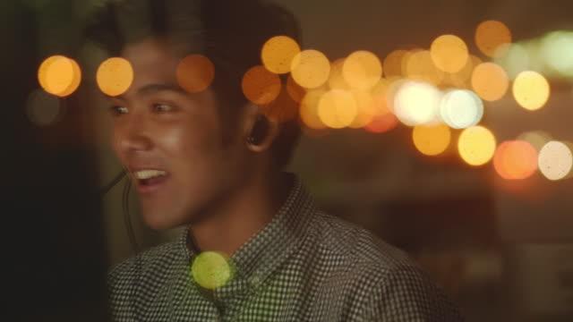 コールセンターの若者 - ヘッドセット点の映像素材/bロール