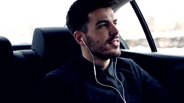 若い男性の音楽を聴いている車