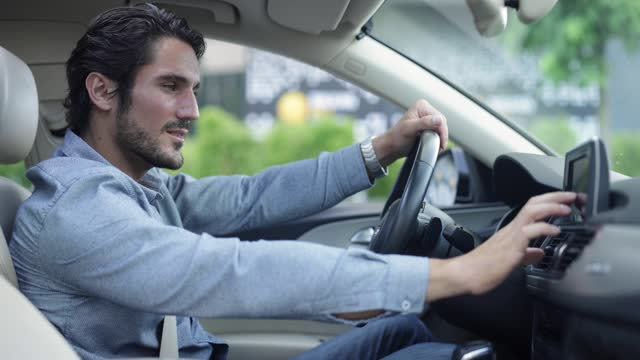 junger mann im auto - one mid adult man only stock-videos und b-roll-filmmaterial