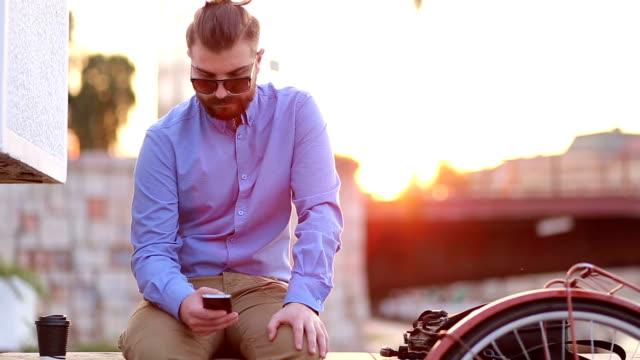 Junger Mann in der Stadt, die seinem smartphone