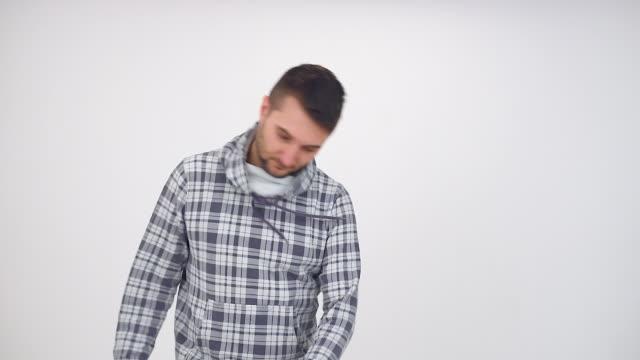vídeos y material grabado en eventos de stock de hombre joven en funny baile - sólo hombres jóvenes