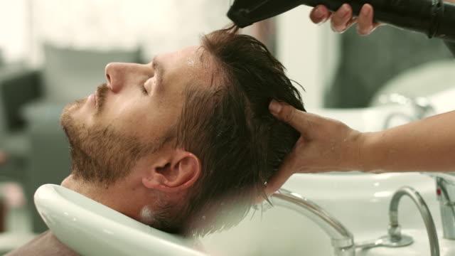 Junger Mann in den Friseursalon