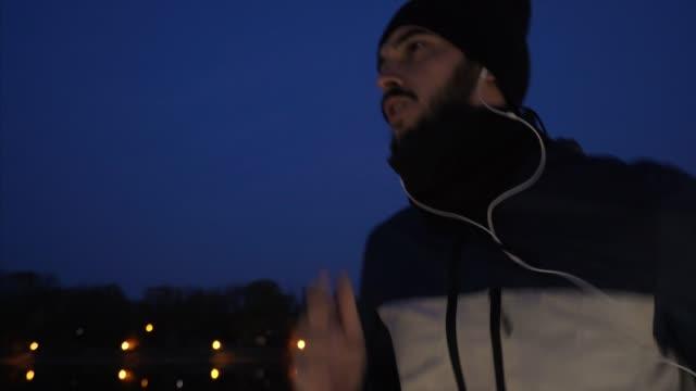 junge männer joggen in der nacht. - morgen stock-videos und b-roll-filmmaterial