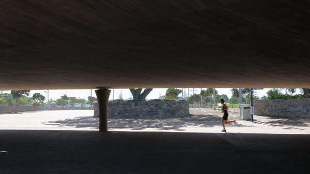 vidéos et rushes de young man jogging - seulement des jeunes hommes