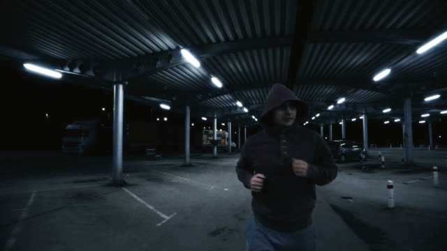 Junger Mann Joggen auf eine leere Garage