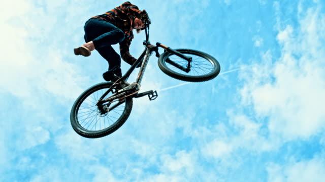 ms 青年ジャンプ、曇り空を背景の bmx の自転車を回転 - bmxに乗る点の映像素材/bロール