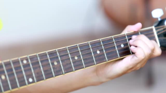 junger mann lernen, spielen sie gitarre - jazz stock-videos und b-roll-filmmaterial