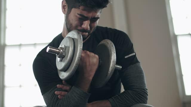 cu young man lifting weights - viktträning bildbanksvideor och videomaterial från bakom kulisserna