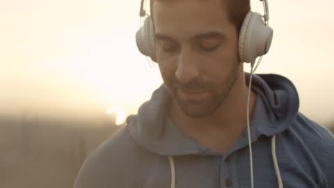 vídeos y material grabado en eventos de stock de joven escuchando música - hombres jóvenes