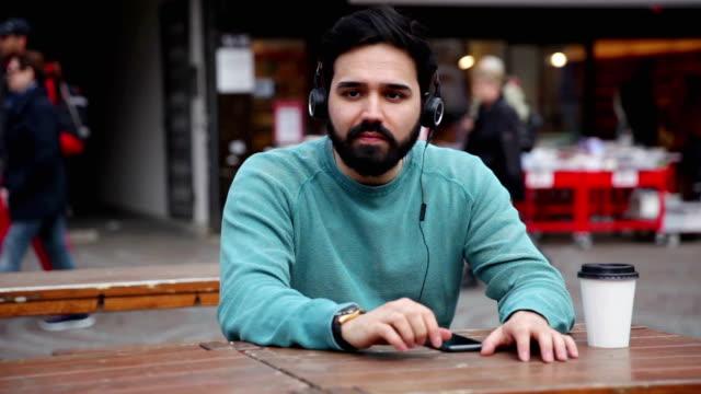 Junger Mann anhören von Musik im Freien in der Stadt