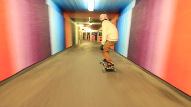 a young man longboard skateboarding downhill in a city at night. - mit handkamera stock-videos und b-roll-filmmaterial