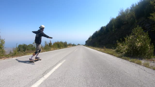 junger mann longboard skating - rutschen stock-videos und b-roll-filmmaterial