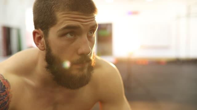 junger mann schaut sich um ein fitness-studio - männlichkeit stock-videos und b-roll-filmmaterial