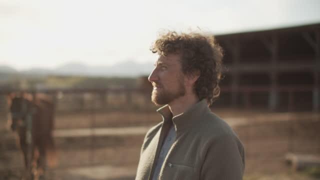 vidéos et rushes de cu young man looking around his farm - 40 44 ans